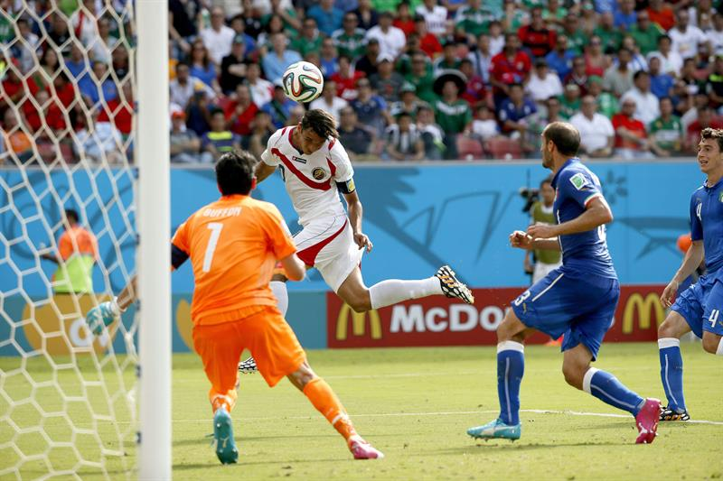 Bryan Ruiz of Costa Rica scores the 1-0 against Italy during the FIFA World Cup 2014 group D. EFE