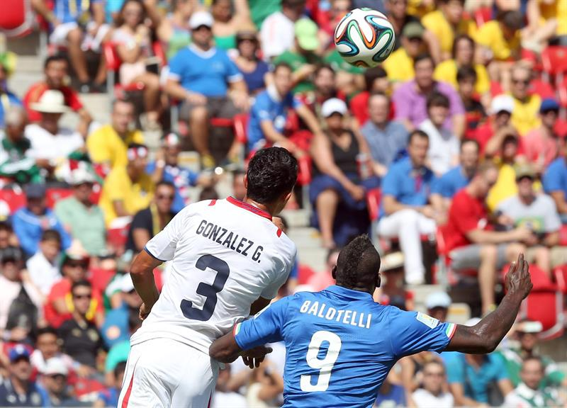 Italy's Mario Balotelli (R) and Costa Rica's Giancarlo Gonzalez (L) vie for the ball during the FIFA World Cup 2014 group D. EFE