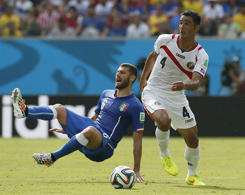 Antonio Candreva of Italy (L) and Michael Umana of Costa Rica in action the FIFA World Cup 2014 group D. EFE