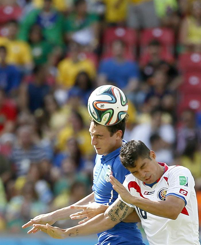 Matteo Darmian of Italy (L) and Christian Gamboa of Costa Rica in action during the FIFA World Cup 2014 group D. EFE