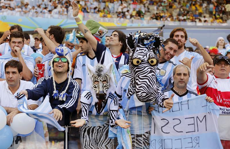 Seguidores de la selección argentina momentos antes del inicio del partido. EFE