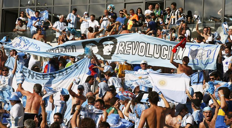 Aficionados argentinos celebran el triunfo de su selección. EFE