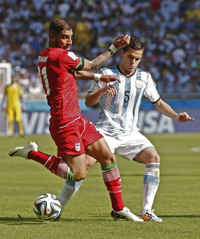 El centrocampista argentino Fernando Gago (d) lucha un balón con el centrocampista iraní Ghasem Hadadifar. EFE