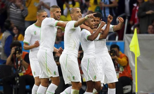 Argelia vuelve a meterse en la lucha por una plaza en octavos. EFE