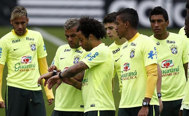 De izquierda a derecha, los jugadores de Brasil Neymar, Daniel Alves, Marcelo, Oscar, Luiz Gustavo y Paulinho. Foto: EFE