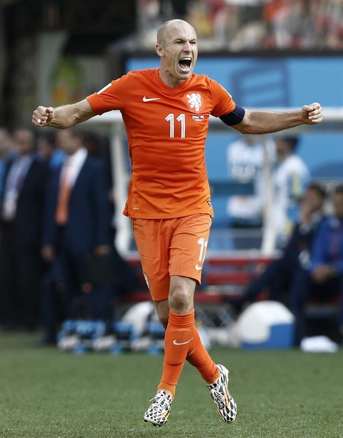 El delantero holandés Arjen Robben celebra uno de los goles que su equipo ha marcado ante la selección chilena. EFE