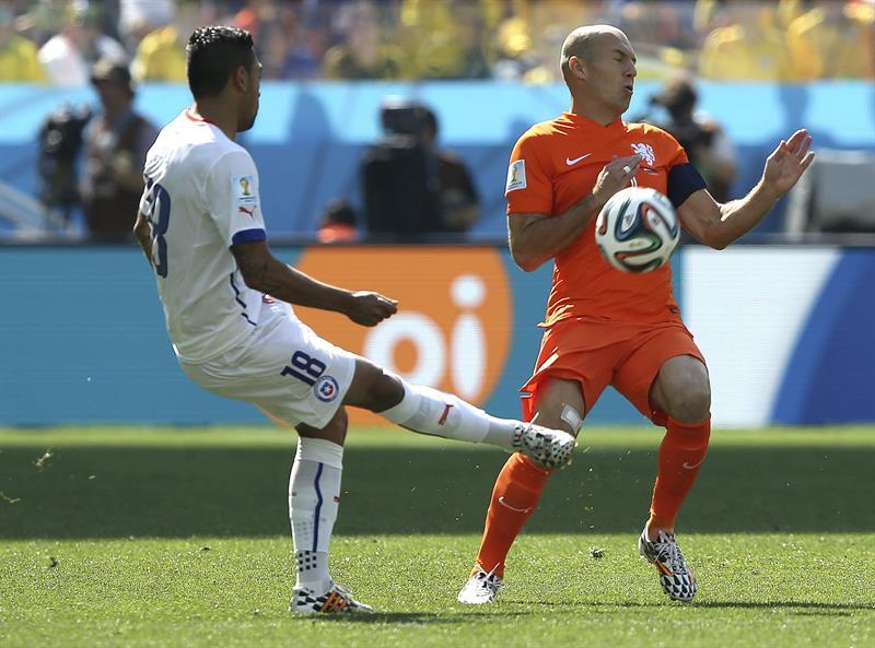 El defensa chileno Gonzalo Jara (i) despeja el balón ante el delantero holandés Arjen Robben (d), durante el partido. EFE