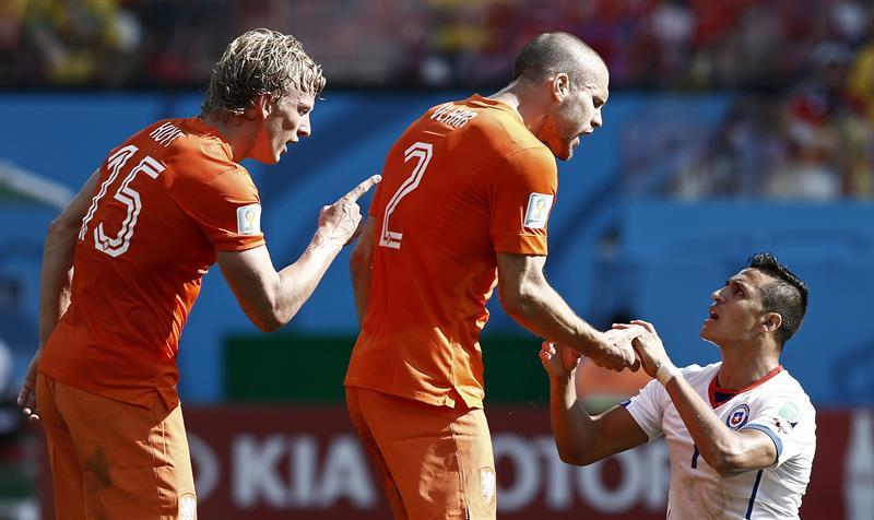 Los jugadores de Holanda, Dirk Kuyt (i) y Ron Vlaar (c) ante el delantero chileno Alexis Sánchez (d). EFE