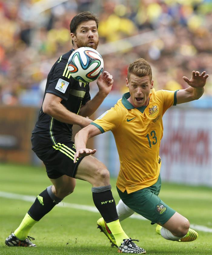 Xabi Alonso (L) of Spain in action against Oliver Bozanic (R) of Australia during the FIFA World Cup 2014 group B. EFE