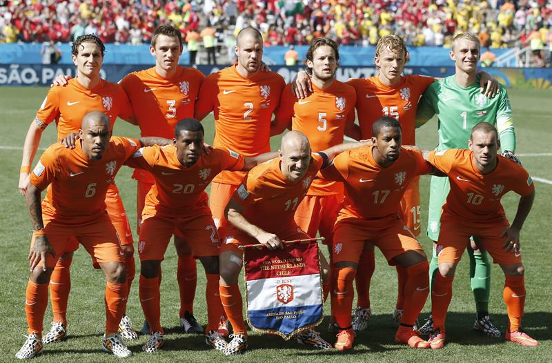 The team of the Netherlands pose for a team picture before the FIFA World Cup 2014 group B. EFE