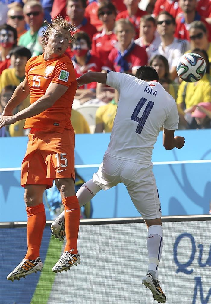 El delantero holandés Dirk Kuyt (i) lucha un balón aéreo con el defensa chileno Mauricio Isla (d), durante el partido. EFE