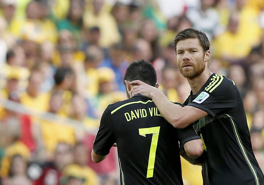 Xabi Alonso (R) of Spain comforts substituted teammate David Villa during the FIFA World Cup 2014 group B. EFE