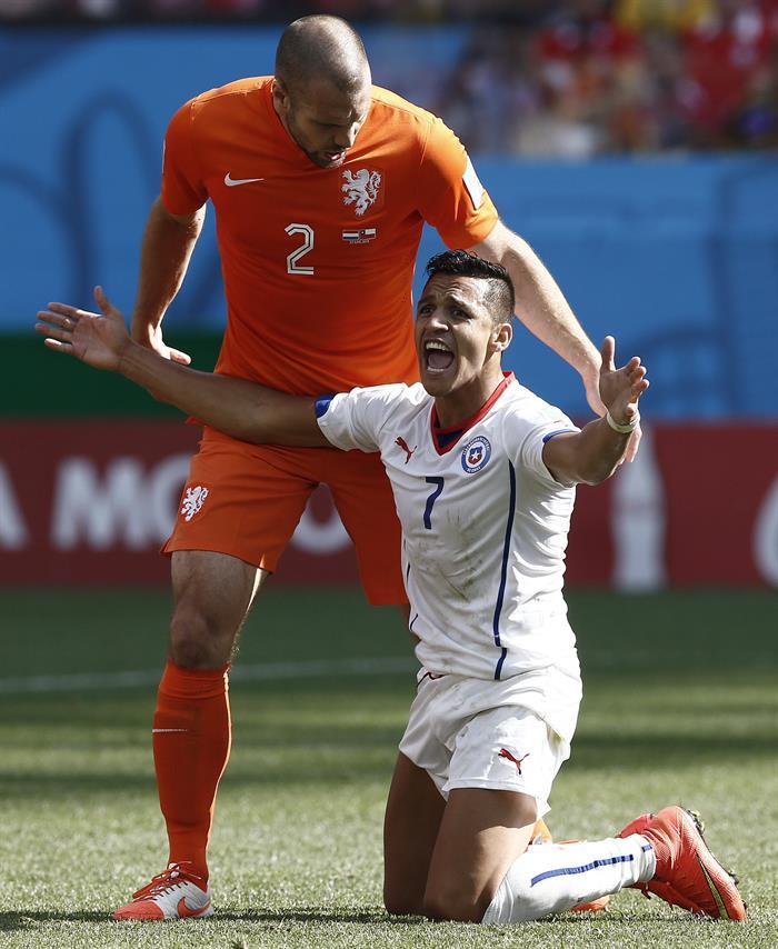 El delantero chileno Alexis Sanchez (d) y el defensa holandés Ron Vlaar, durante el partido Holanda-Chile, del Grupo B. EFE