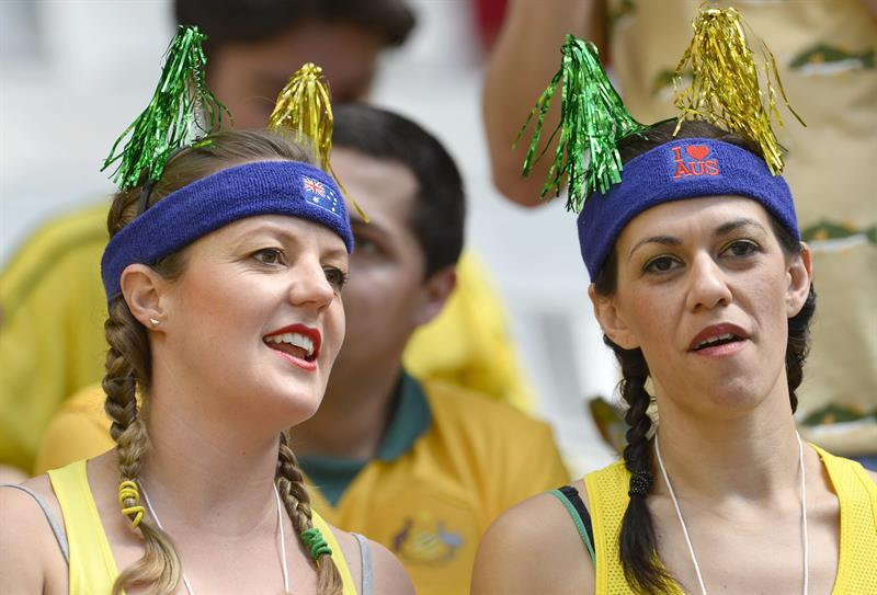 Supporters of Australia cheer prior to the FIFA World Cup 2014 group B. EFE