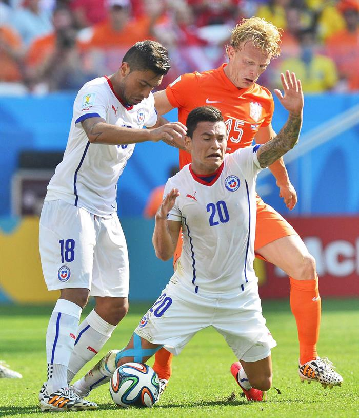 Dutch Dirk Kuijt (back-R) in action with Gonzalo Jara (L) and Charles Aranguiz of Chile during the FIFA World Cup 2014 group B. EFE