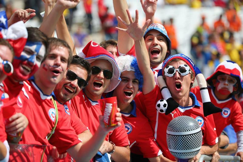 Seguidores de la selección chilena llegan hoy, lunes 23 de junio de 2014, al Arena de Sao Paulo. EFE