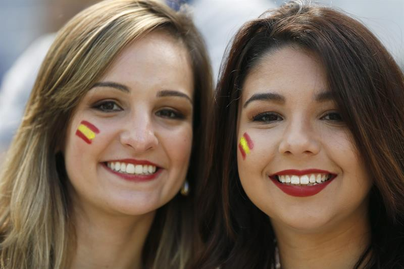 Spanish fans smile before the FIFA World Cup 2014 group B. EFE