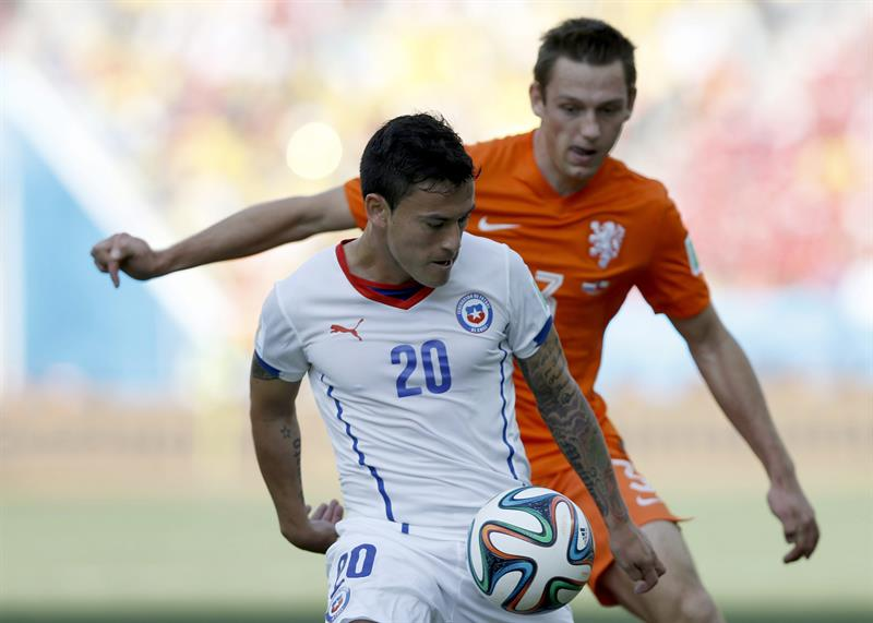 Charles Aranguiz (front) of Chile in action with Stefan de Vrij of the Netherlands during the FIFA World Cup 2014 group B. EFE