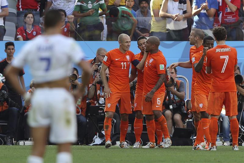 Los jugadores de Holanda al finalizar el partido Holanda-Chile, del Grupo B. EFE