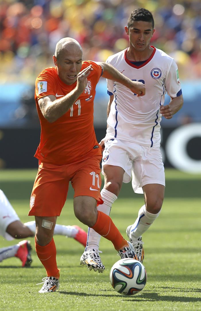 El delantero holandés Arjen Robben (i) con el balón ante el centrocampista chileno Felipe Gutiérrez (d). EFE