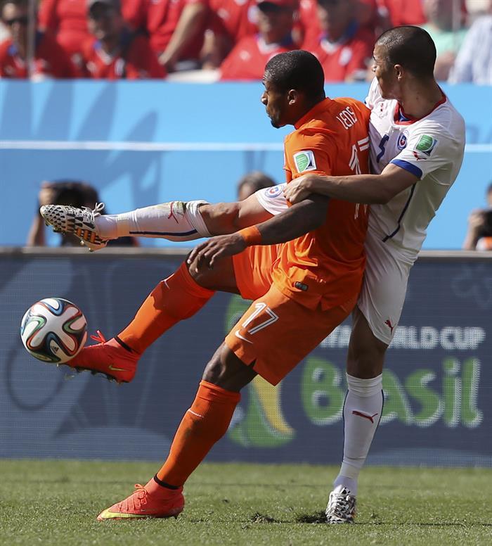El centrocampista chileno Francisco Silva (d) intenta arrebatar el balón ante delantero holandés Jeremain Lens. EFE