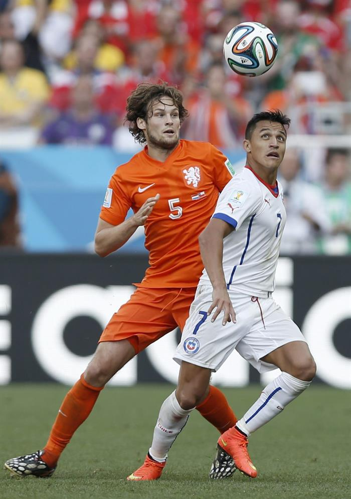 Alexis Sanchez (R) of Chile in action with Daley Blind of the Netherlands during the FIFA World Cup 2014 group B. EFE