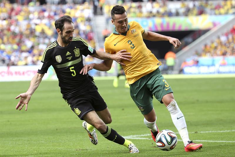 El delantero australiano Adam Taggart (d) con el balón ante el defensa español Juanfran (i), durante el partido. Foto: EFE