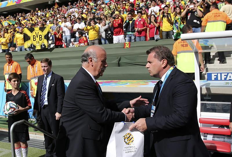 El entrenador de la selección española, Vicente del Bosque (i), saluda al técnico del combiando australiano, Ange Postecoglou (d). Foto: EFE