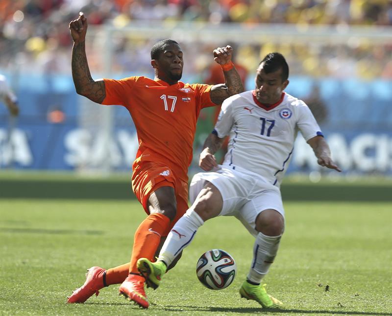 El delantero holandés Jeremain Lens (i) intenta arrebatar el balón al defensa chileno Gary Medel, durante el partido. EFE