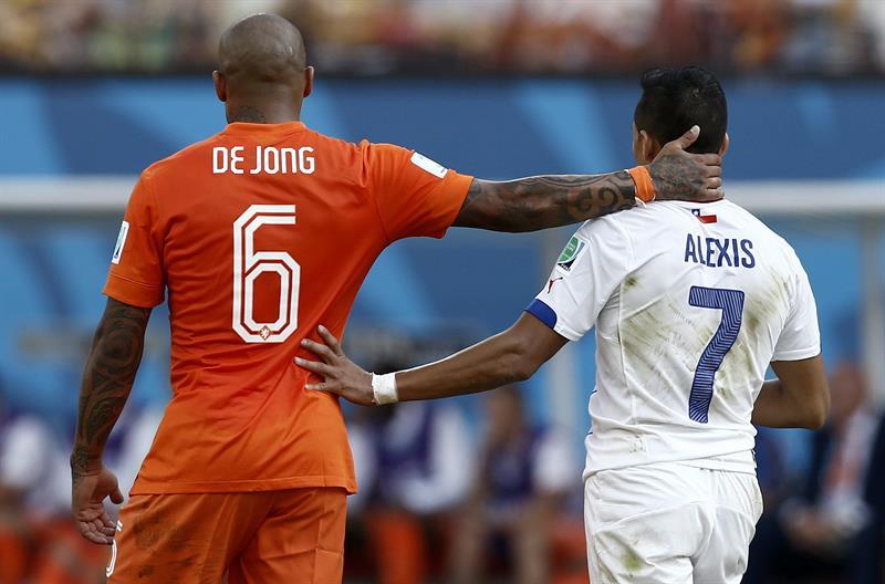 El centrocampista holandés Nigel de Jong (i) y el delantero chileno Alexis Sánchez, durante el partido Holanda-Chile. EFE
