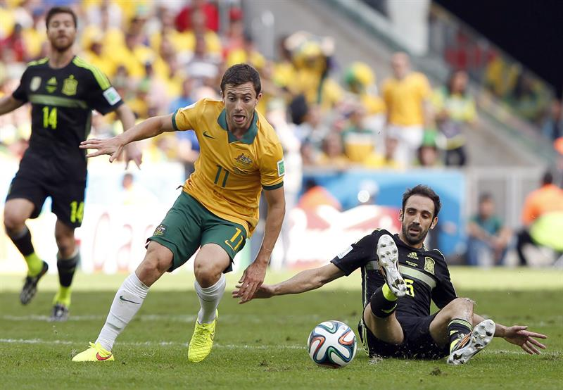 Tommy Oar (C) of Australia in action against Juanfran (R) of Spain during the FIFA World Cup 2014 group B. EFE