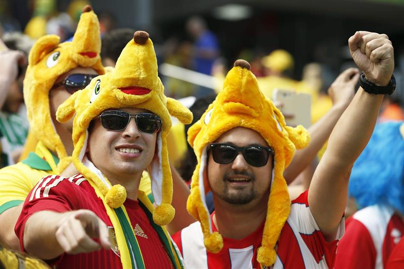 Spanish fans cheer for their team before the FIFA World Cup 2014 group B. EFE