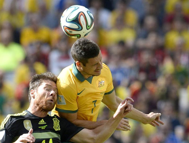 Xabi Alonso (L) of Spain vies with Mathew Leckie of Australia during the FIFA World Cup 2014 group B. EFE