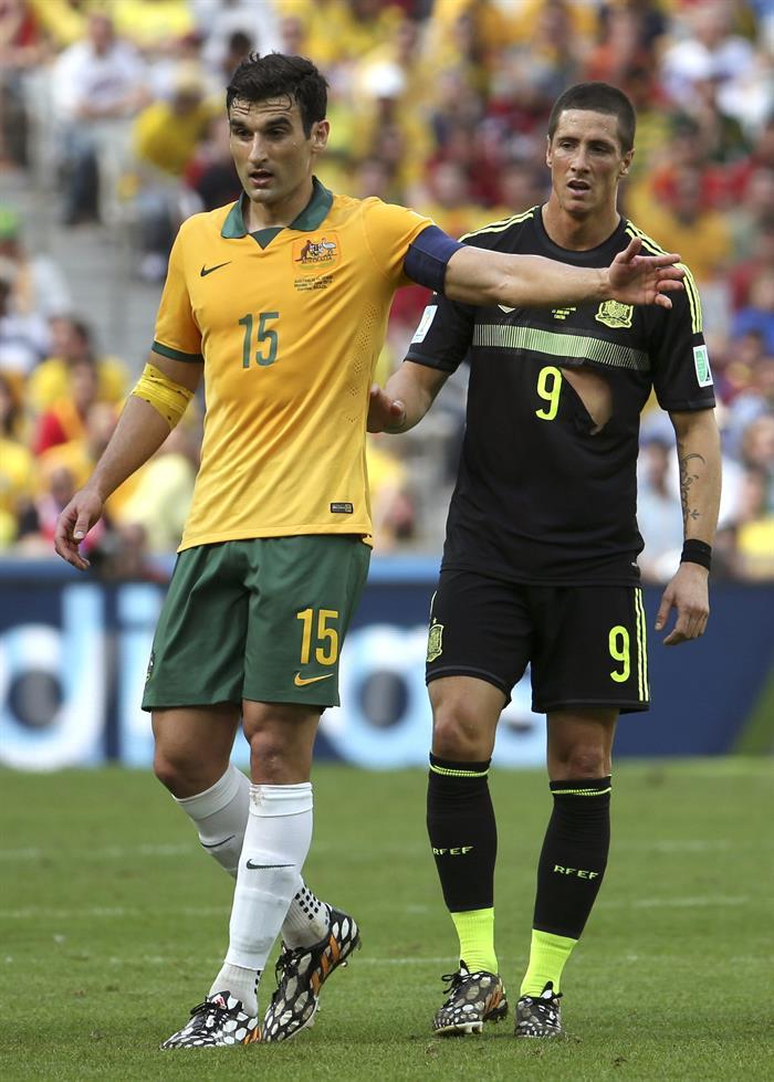 El centrocampista australiano Mile Jedinak (i) y el delantero español Fernando Torres durante el partido Australia-España, del Grupo B. Foto: EFE