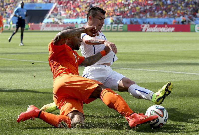 El delantero holandés Jeremain Lens (i) lucha un balón con el defensa chileno Gary Medel (d), durante el partido. EFE