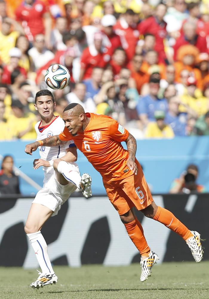 Nigel de Jong (R) of the Netherlands in action with Felipe Gutierrez of Chile during the FIFA World Cup 2014 group B. EFE