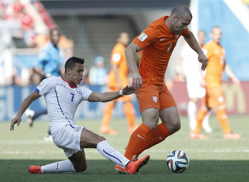 Alexis Sanchez (L) of Chile in action with Ron Vlaar of the Netherlands during the FIFA World Cup 2014 group B. EFE