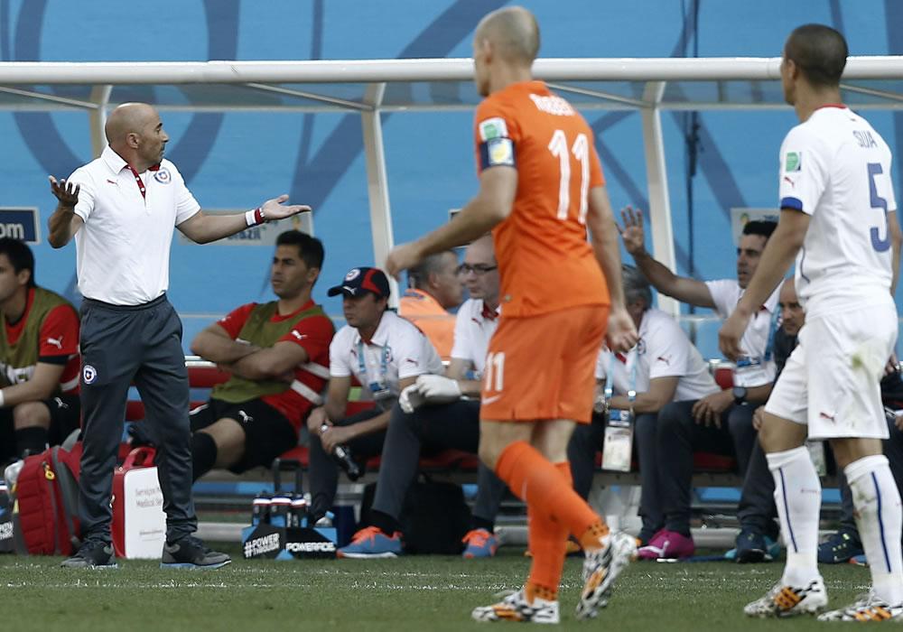 El DT argentino de la selección chilena Jorge Sampaoli (i), durante el partido Holanda-Chile, del Grupo B. Foto: EFE
