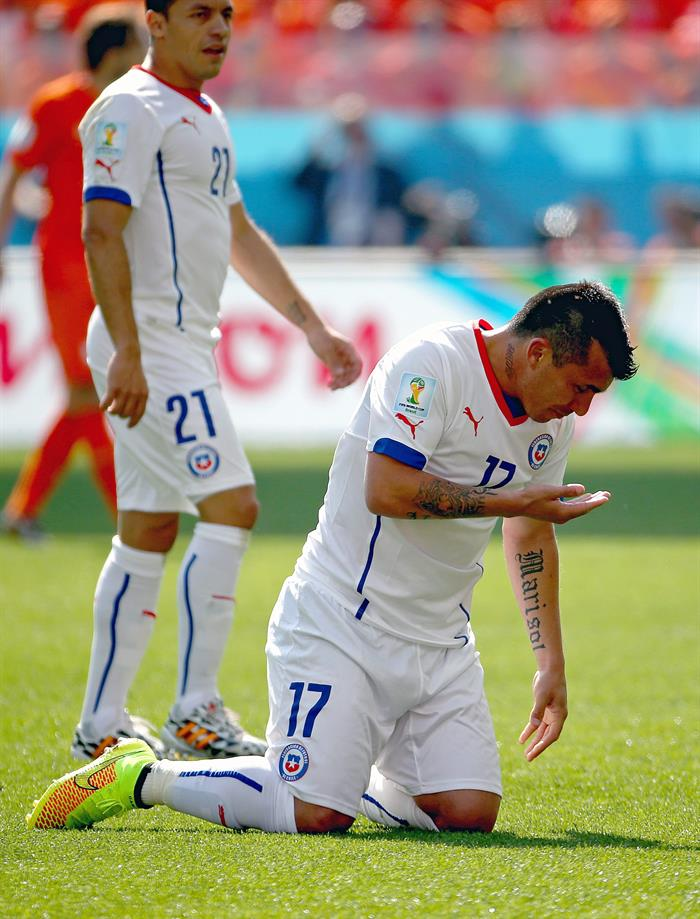 Gary Medel of Chile (R) reacts after a tackle during the FIFA World Cup 2014 group B. EFE
