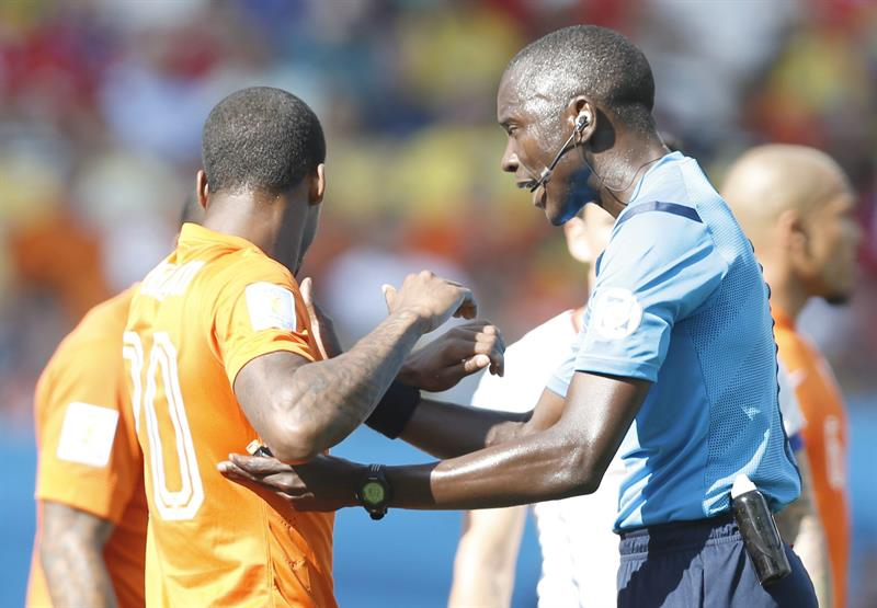 Gambian referee Bakary Gassama (R) talks with Georginio Wijnaldum of the Netherlands during the FIFA World Cup 2014 group B. EFE