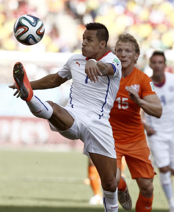 El delantero chileno Alexis Sánchez (i) controla el balón ante el delantero holandés Dirk Kuyt, durante el partido. EFE
