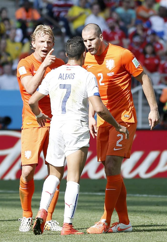 Alexis Sanchez (C) of Chile argues with Ron Vlaar (R) of the Netherlands during the FIFA World Cup 2014 group B. EFE