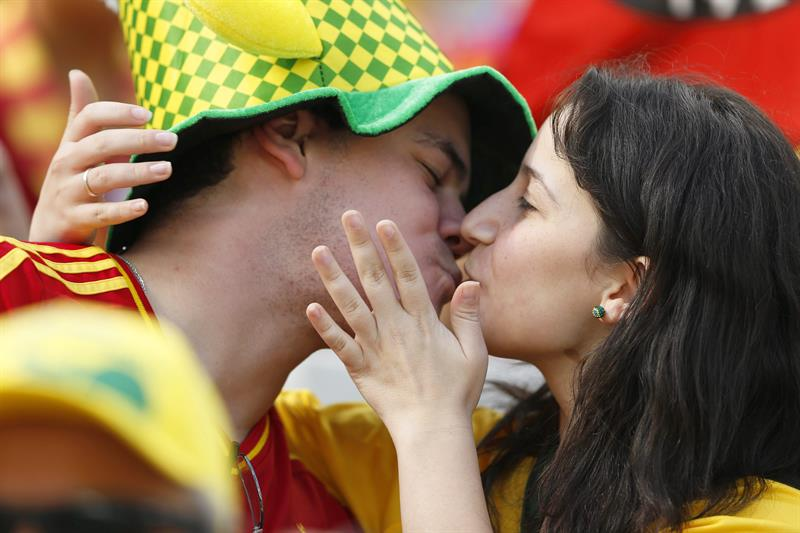 Spanish fans kiss each other before the FIFA World Cup 2014 group B. EFE