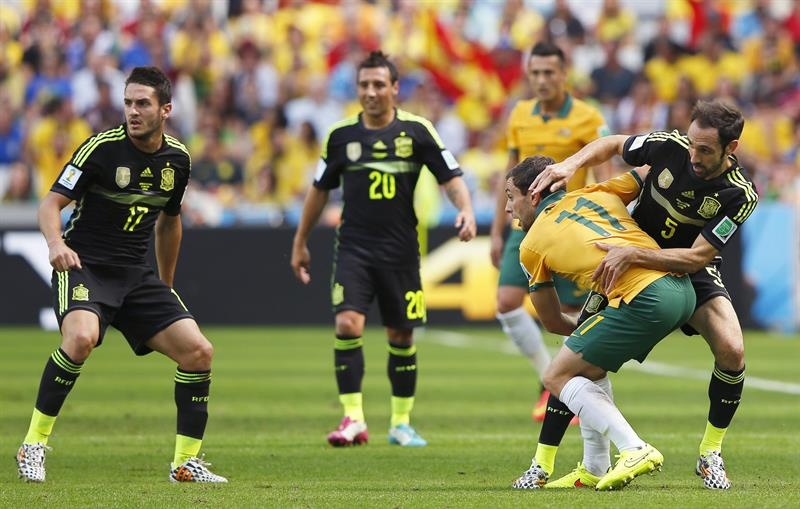 Tommy Oar (2-R) of Australia in action against Juanfran (R) of Spain during the FIFA World Cup 2014 group B. EFE