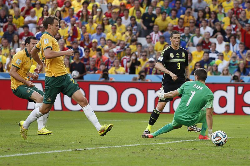El delantero español Fernando Torres dispara para marcar gol ante el guardameta australiano Maty Ryan (d). Foto: EFE