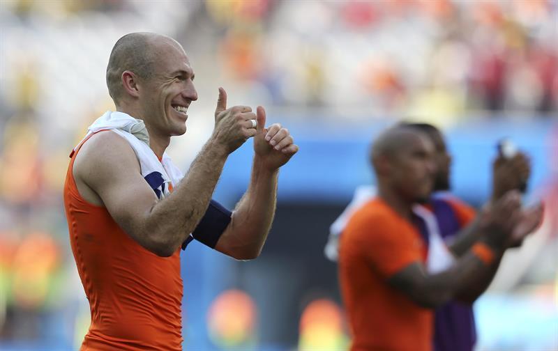El delantero holandés Arjen Robben celebra la victoria ante la selección chilena al término del partido. EFE