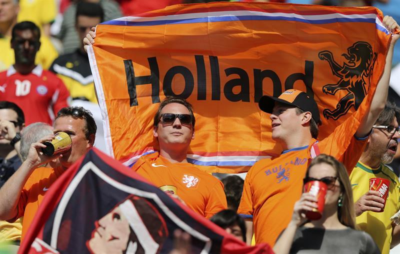 Aficionados holandeses antes del partido Holanda-Chile, del Grupo B del Mundial. EFE