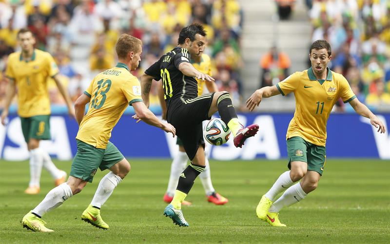 Santi Cazorla (C) of Spain in action against Australian players Oliver Bozanic (L) and Tommy Oar (R) during the FIFA World Cup 2014 group B. EFE