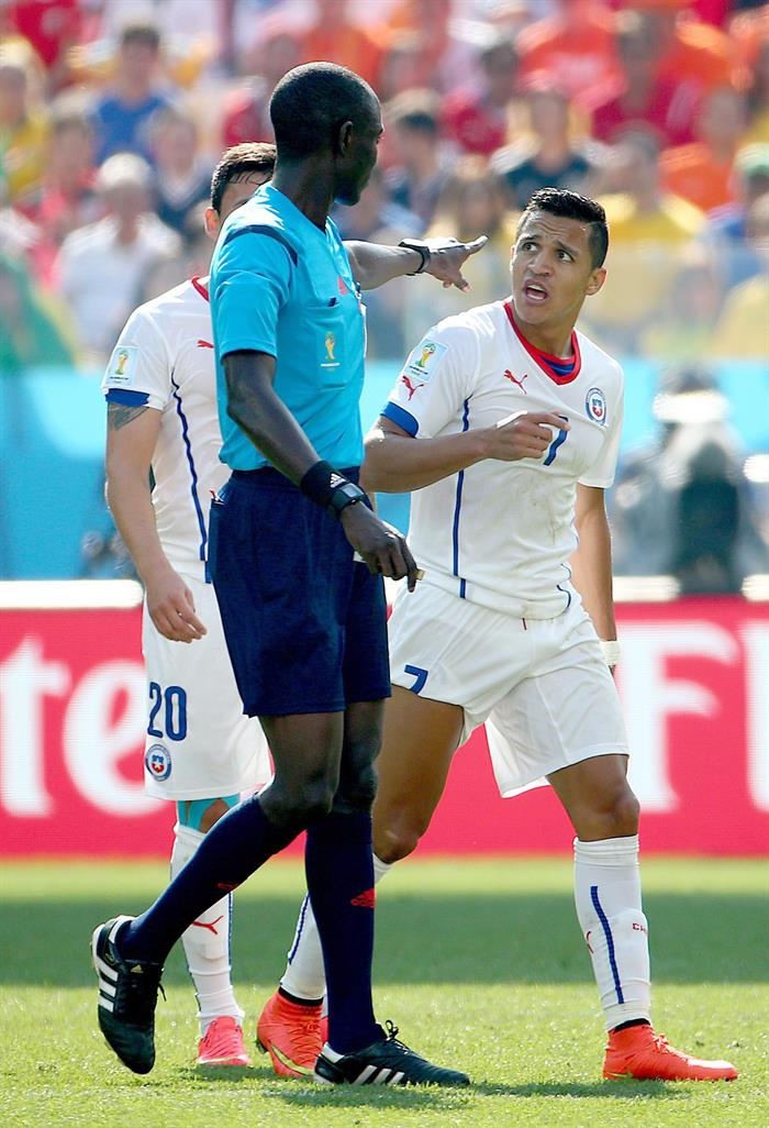 Referee Bakary Gassama of Gambia (L) talks to Francisco Silva of Chile during the FIFA World Cup 2014 group B. EFE