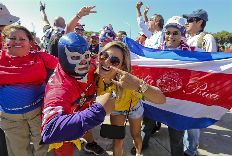 Aficionados costarricenses durante el partido Costa Rica-Inglaterra, del Grupo D. EFE